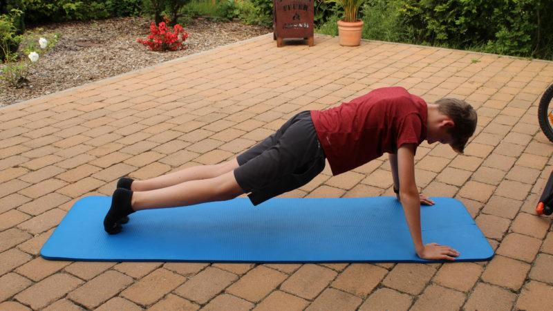 Trainieren zu Hause: Ranking der beliebtesten Fitness Influencer und ihre Home Workouts